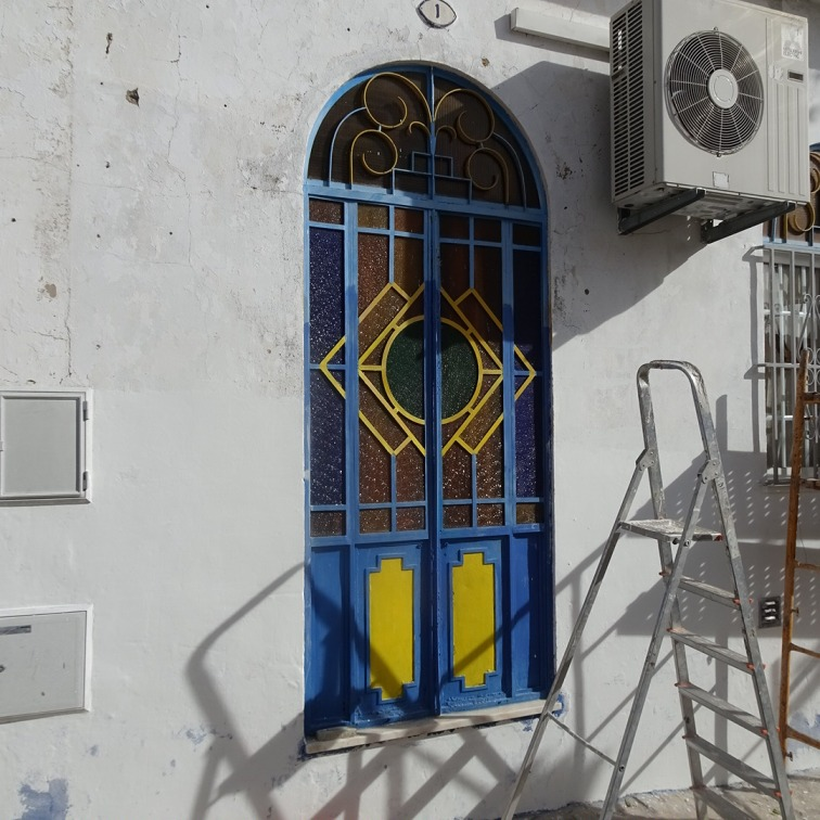 Too bad the ladder is in the way....lovely colourful door.