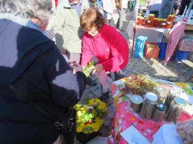 Gwen purchasing some lovely flowers while Françoise bought the entire piri piri chilis on the corner of the table and they are now decorating our table......she is Martha Stewart in the making!!!