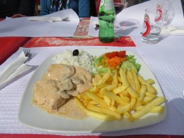 lOur prato do dia peitos frango com cogumelos, chicken breast with mushrooms. Delicious