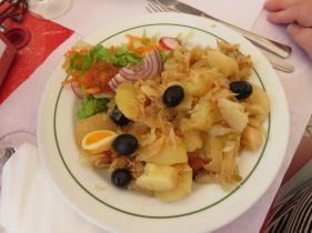 Ou fabulous prato do dia....Bacalhau à Gomes de Sá. A casserole of bacalhau, potatoes, eggs, olives, olive oil and onion.