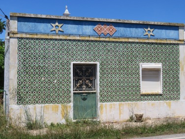 Passed this house in Fonte da Bispo and liked the detail over the doorway.